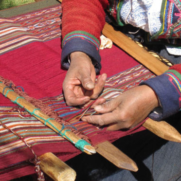 Weaving-Chinchero-latin-excursions